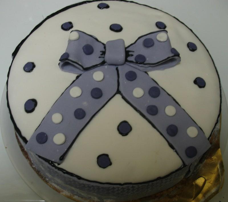 pastel decorado con fondant en forma de lazo